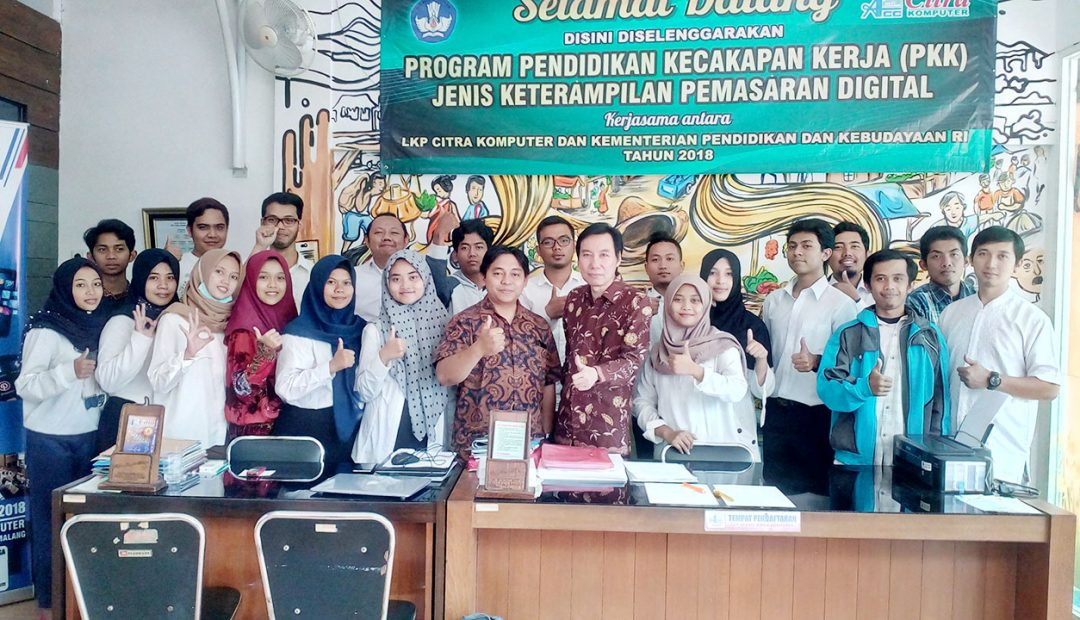 Peserta Uji Kompetensi Digital Marketing dari LKP Citra Komputer Malang Dihubungi Calon Pembeli